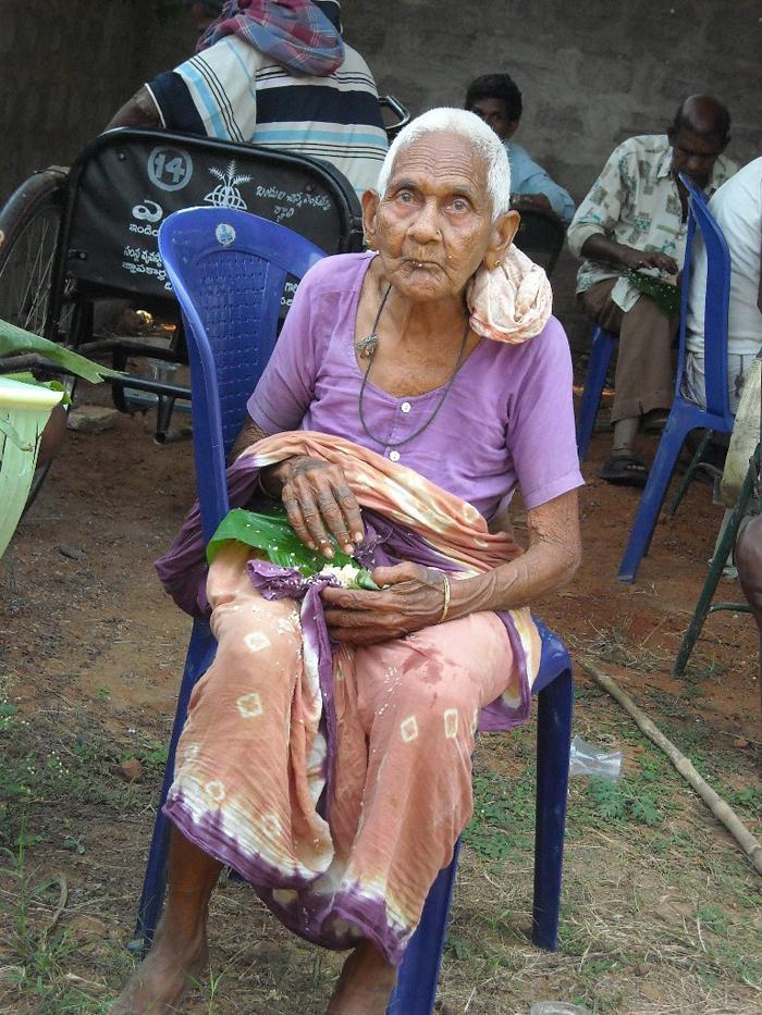 Eldre kvinne som får mat hos oss